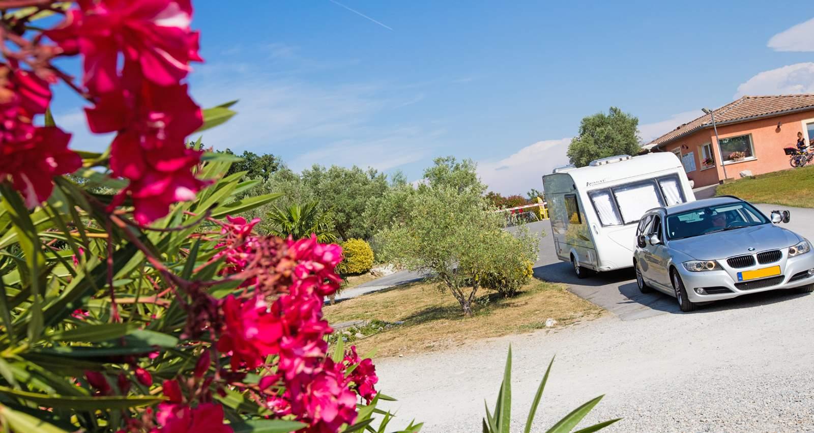 entree du camping avec voiture et caravane